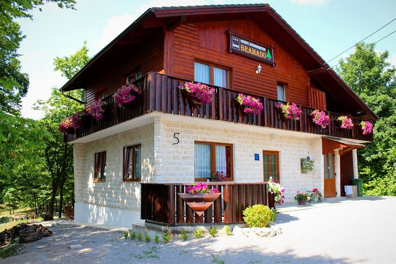 Apartment Bramado: Double or Twin Studio only 5 km from famous Plitvice Lakes, location de vacances à Rakovica