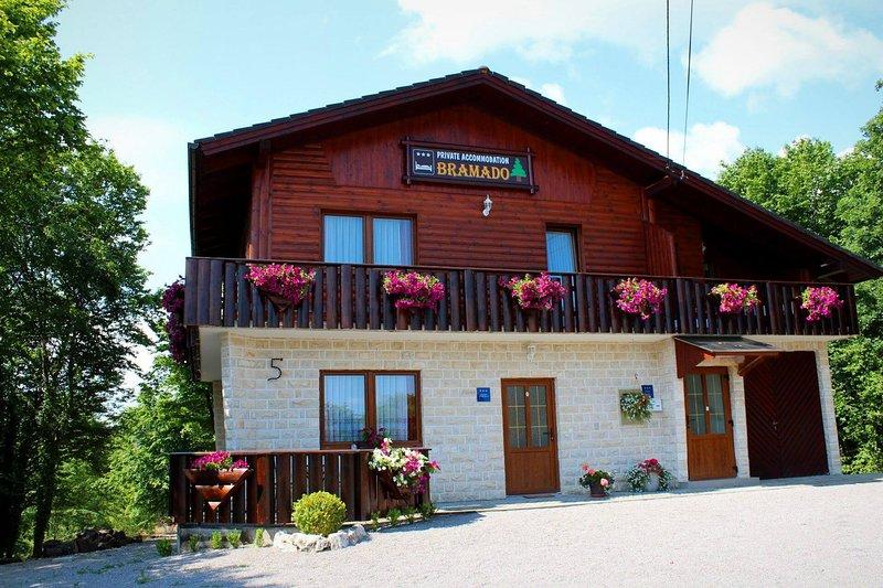 Apartment Bramado: Studio with Terrace only 5 km from famous Plitvice Lakes, location de vacances à Dreznicko Seliste
