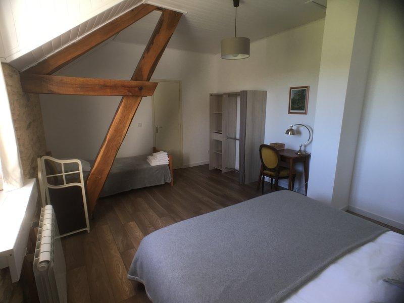La Rame room 2, a beautiful B&B room for 3 in an old farm in de Dordogne., holiday rental in Saint-Martin-de-Fressengeas