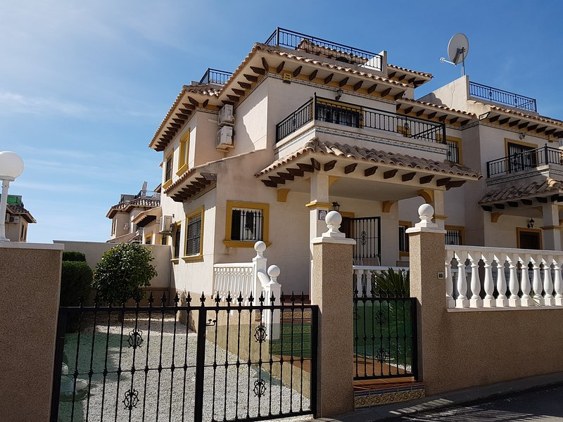 Villamartin. Orihuela. Lovely quad Villa/House on Pinada Golf, superb location!, vacation rental in San Miguel de Salinas