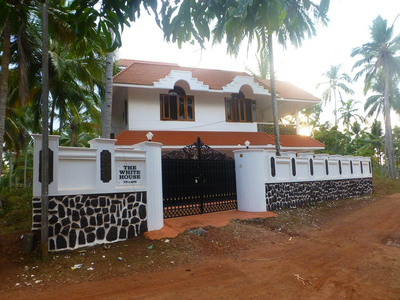 Self contained 1 en-suite large ground floor appartment with garden, holiday rental in Kovalam