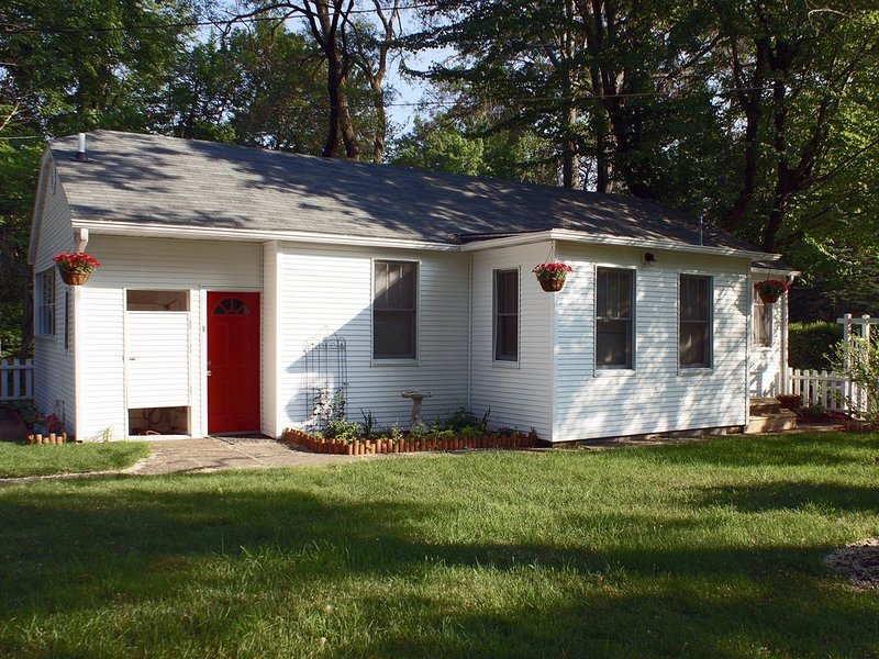 A Quaint Country Cottage in Scenic Harbor Country!, holiday rental in Lakeside