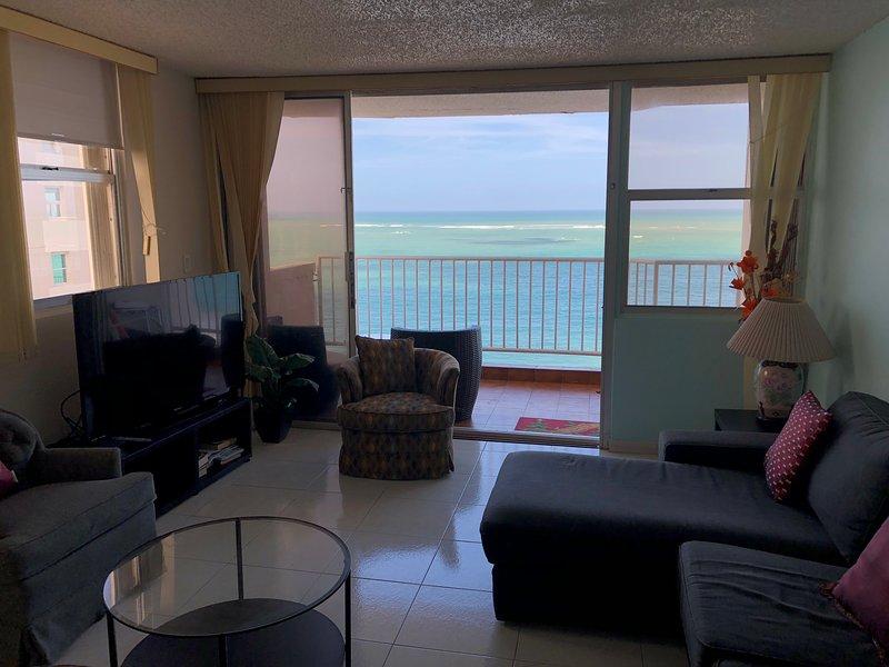 salon en bord de mer et un grand balcon