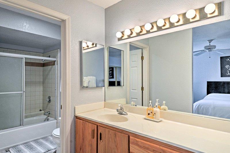 Une porte sépare la zone de la poudre à partir de la combinaison baignoire / douche.