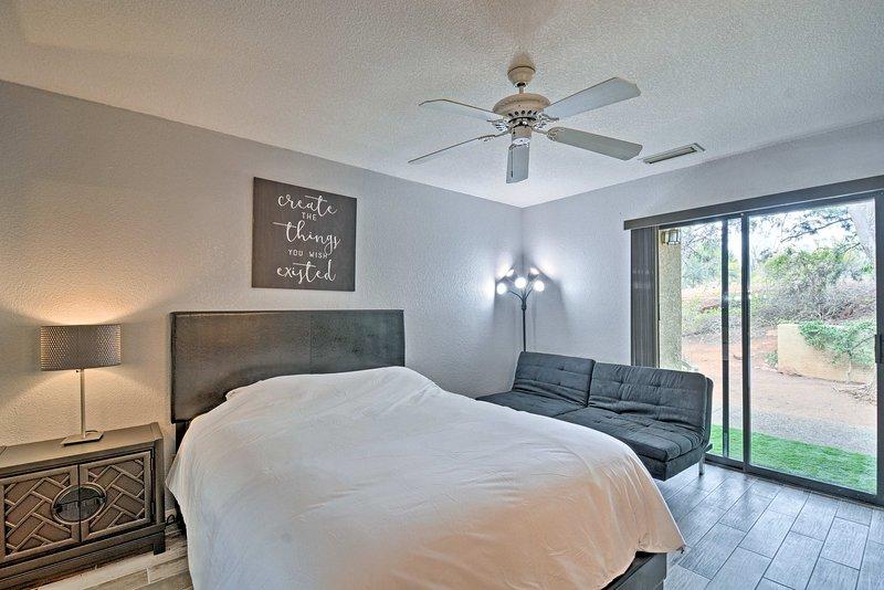 La chambre principale abrite un lit queen et futon.