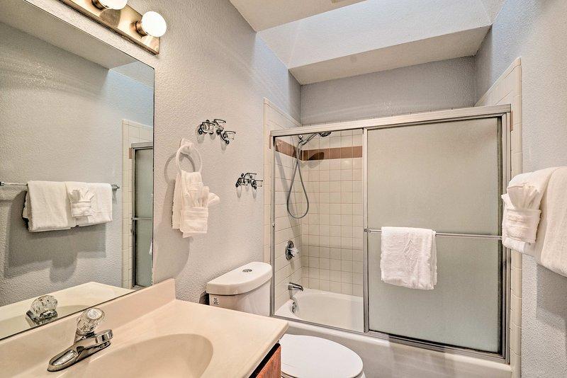 Cette deuxième salle de bain complète dispose d'une baignoire / douche combo.