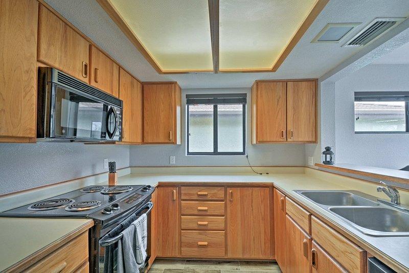 La cuisine est entièrement équipée avec tous vos appareils essentiels.