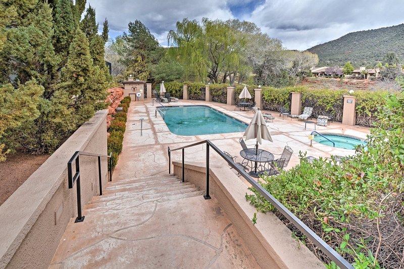 La propriété est idéalement situé dans le magnifique Canyon Mesa Country Club.