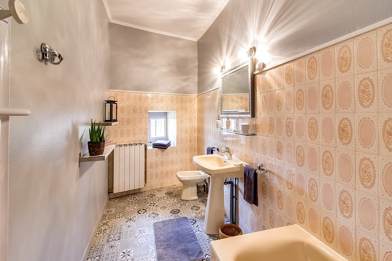 The bathroom of the pink room
