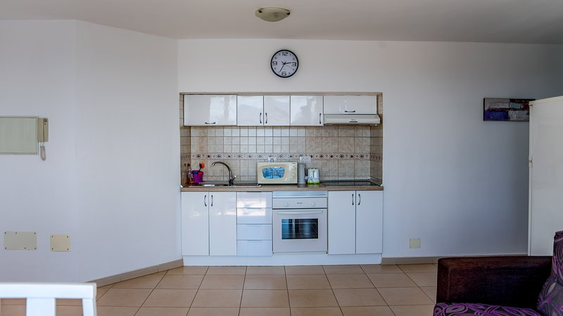Cozinha com forno, micro-ondas, chaleira, torradeira etc ..