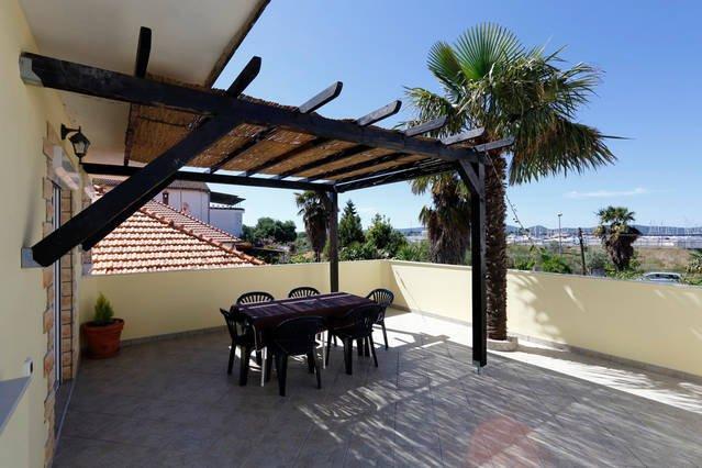 Cozy apartment with big teracce, casa vacanza a Sukosan