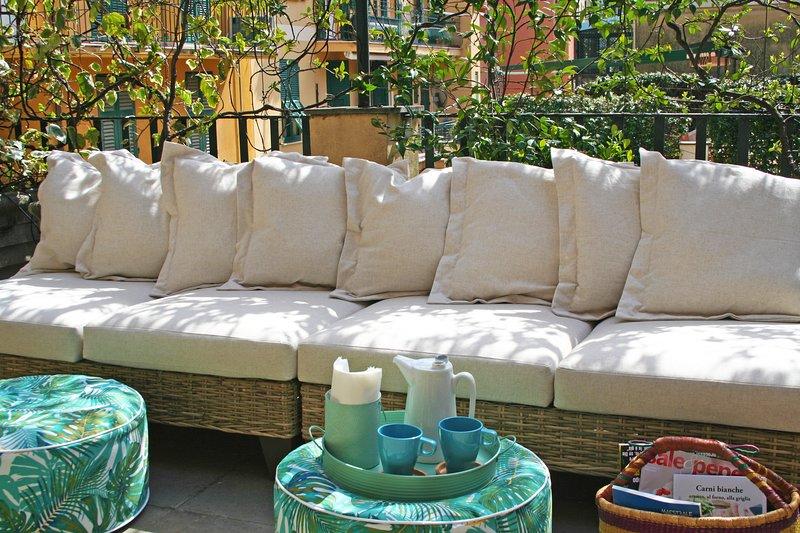 Un appartement confortable avec une grande terrasse, un canapé confortable en plein air pour 7