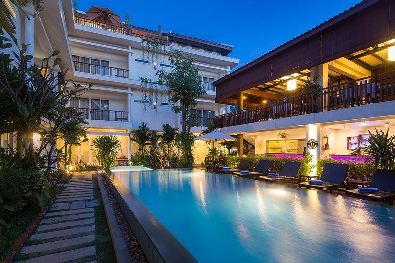 Hotel Building e ao lado da piscina do jardim, restaurante