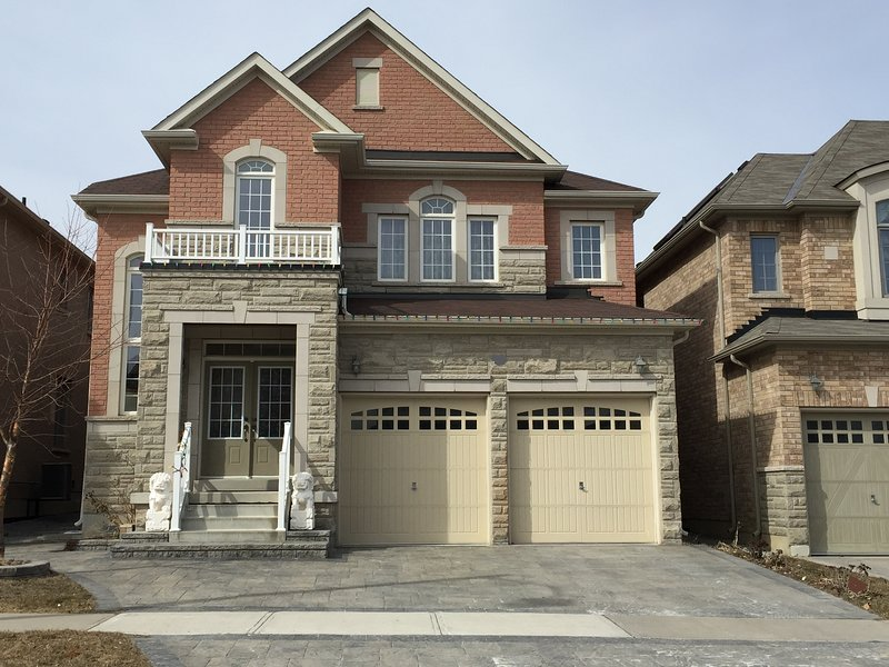 * New Specious Entire House with an Extensive Space & Privacy, vacation rental in Markham