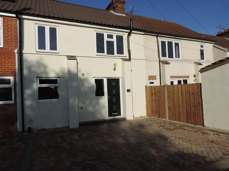 4 Bedroom House Farnborough Airport Accommodation, holiday rental in Sandhurst