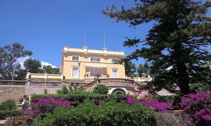 Mansion, magnificent gardens, beach 5 min walking, alquiler de vacaciones en Arenys de Mar