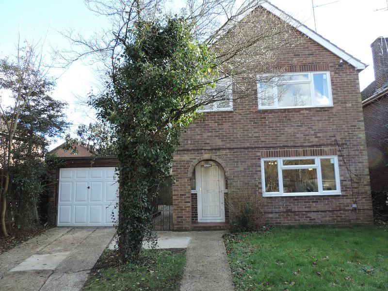 3 Bedroom Detached house Farnborough Airport Accommodation, holiday rental in Sandhurst
