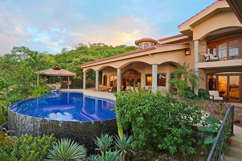Luxury 7 Bdr Ocean View Villa-Magnificent Outdoor Pavilion, Pool, Bar & Greenhse, aluguéis de temporada em Playa Hermosa