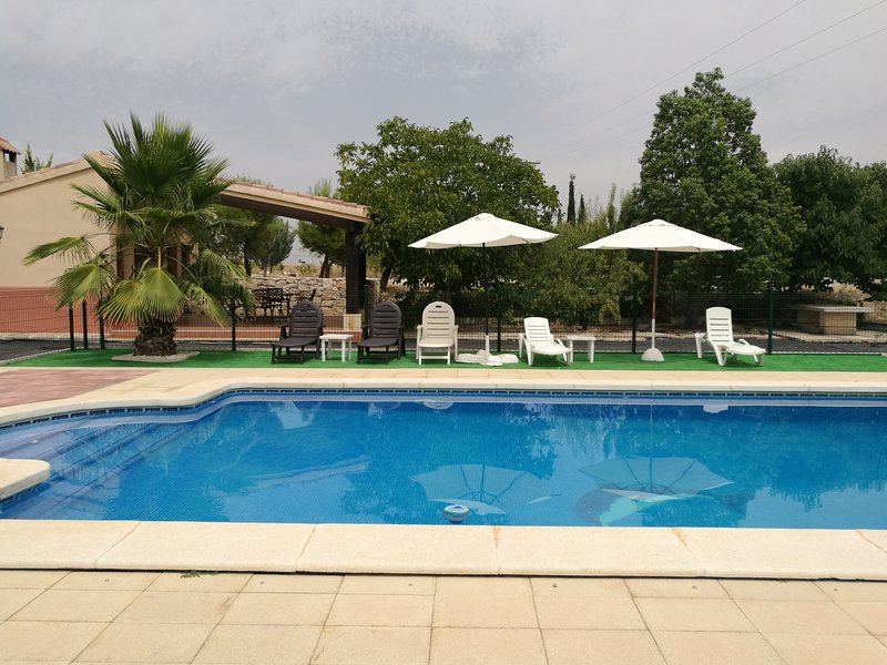 Spacious villa with swimming-pool, location de vacances à Archivel
