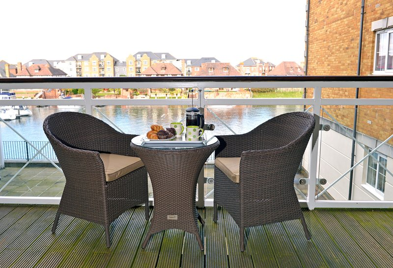 Pacific Heights - Peaceful Apt With Private Balcony For Harbour Views for 4, casa vacanza a Eastbourne