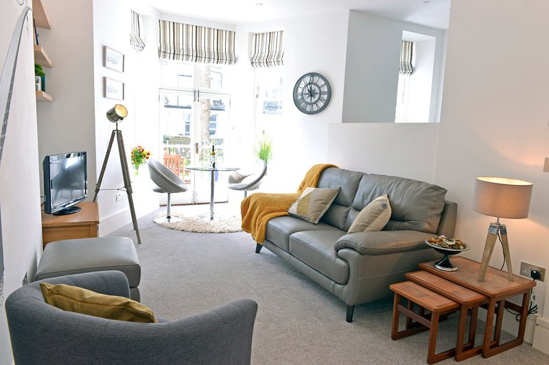 Gresham House - Luxury 1-bed Apt With Side-Sea Views and Private Terrace, vacation rental in Eastbourne