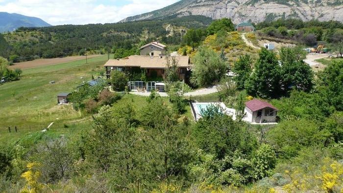Grand gîte à la ferme 16 personnes avec piscine, casa vacanza a Eyguians