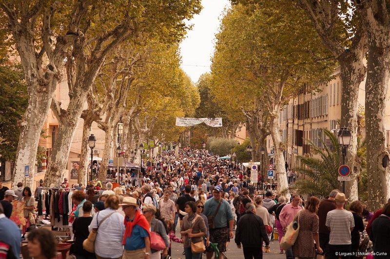 Der Markt am Dienstagmorgen Lorgues ist eine der größten und bekanntesten des Var
