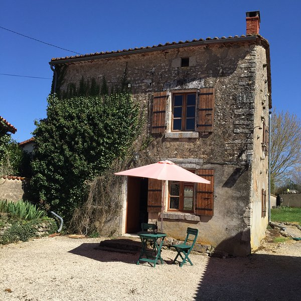 Beautiful 2 bedroom farm house in the Charente close to La Rochefoucaud, holiday rental in Coulgens