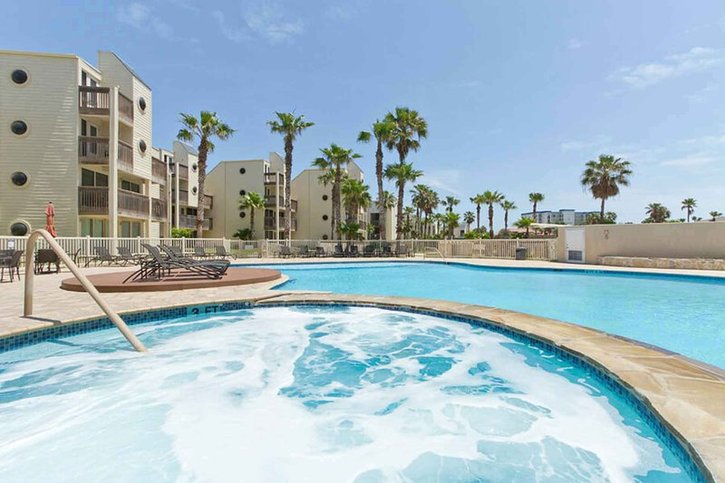Esta hermosa piscina también tiene un jacuzzi adyacente.