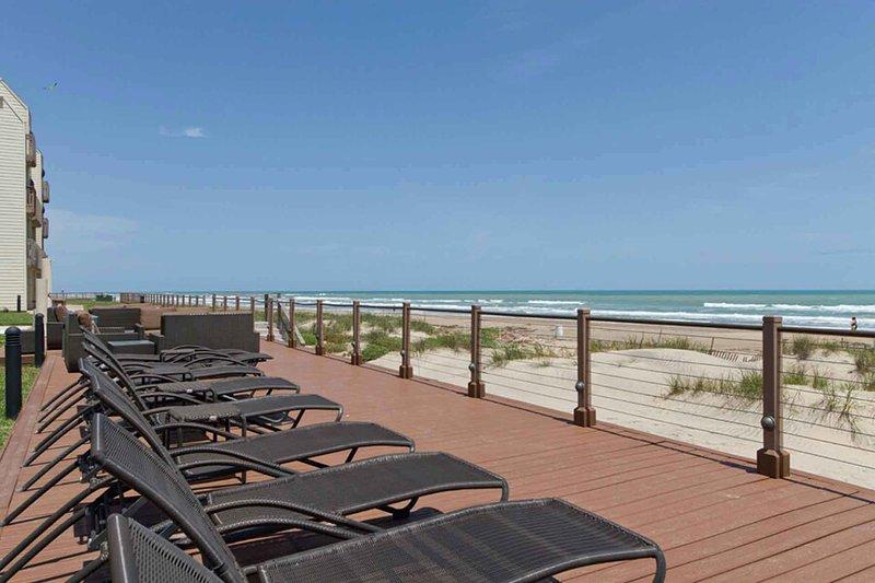 Relájate y mira las olas llegar a Bahia Mar.