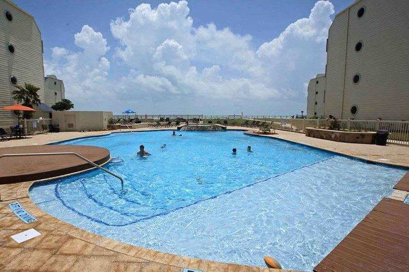 ¡Esta piscina está justo al lado de la playa!