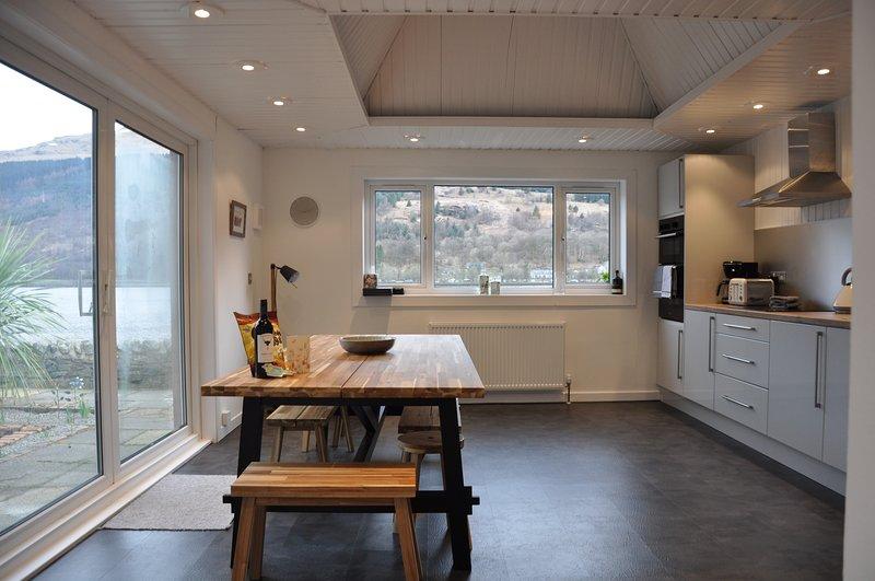 Grande jantar na cozinha com janela do pátio ao terraço