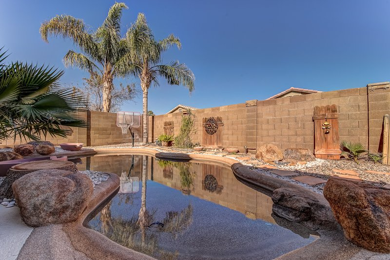 Backyard oasis with private solar heated pool, hot tub and tons of amenities!, location de vacances à San Tan Valley