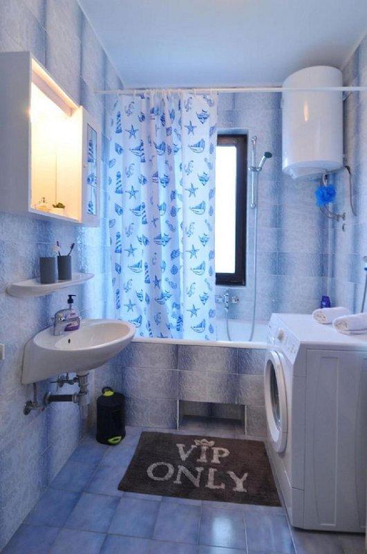 A1(5+1): bathroom with toilet