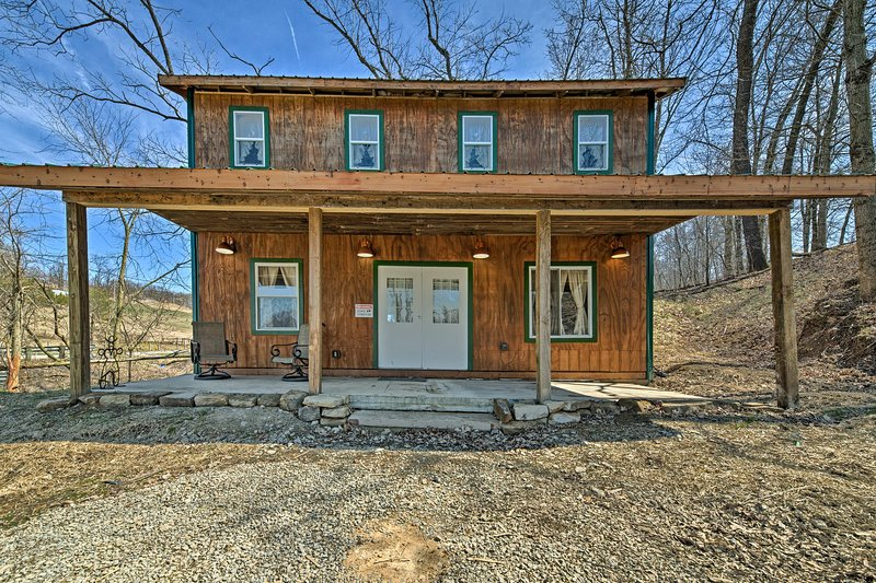 Experience the pastoral charm of Mount Perry from this vacation rental cabin!