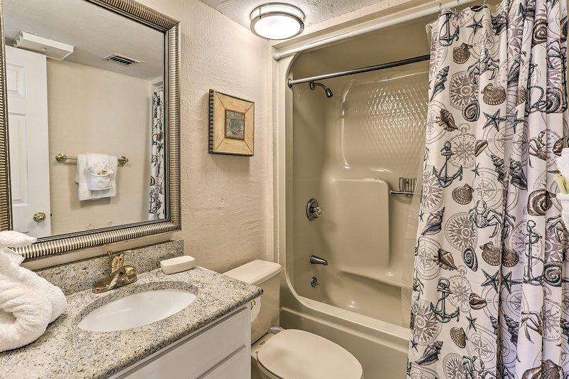 Mettere a bagno le gambe baciate dal sole nella vasca / doccia combo.