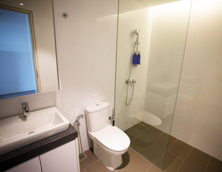 El baño estaba limpio con champú de cortesía, gel chower y toallas