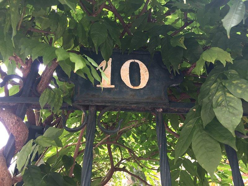Chambre de charme sur jardin à 25' de Paris centre, holiday rental in Rueil-Malmaison