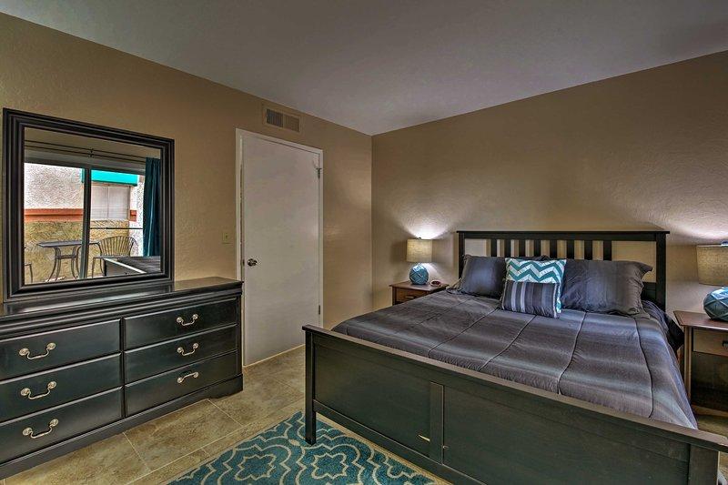 Zwei Reisende können gemütlich auf dem Spielschlafsofa im Wohnzimmer gefunden.