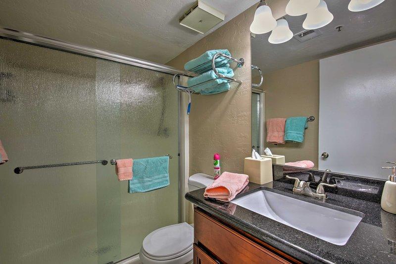 Glasschiebetüren runden die Dusche / Wanne-Combo im Badezimmer.
