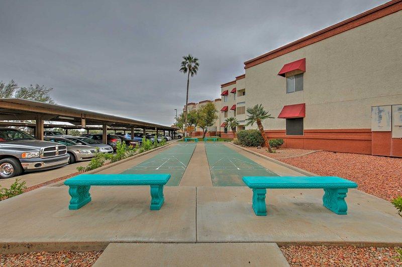 Host ein Shuffleboard-Wettbewerb auf diesen gepflasterten Plätze geteilt.
