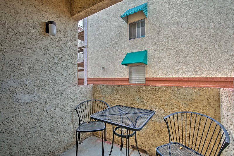 Genießen Sie Ihren Morgenkaffee auf dem Bistrotisch auf der überdachten Terrasse.