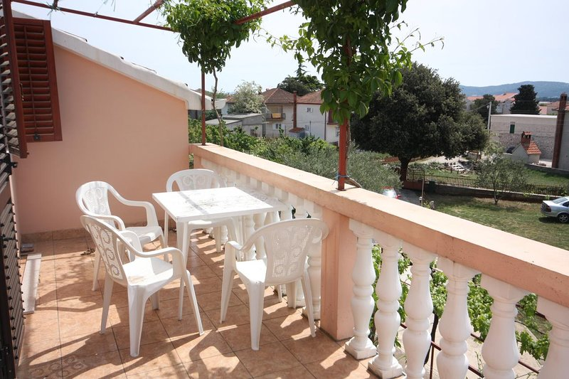 Turanj Apartment Sleeps 2 with Air Con - 5465509, holiday rental in Turanj