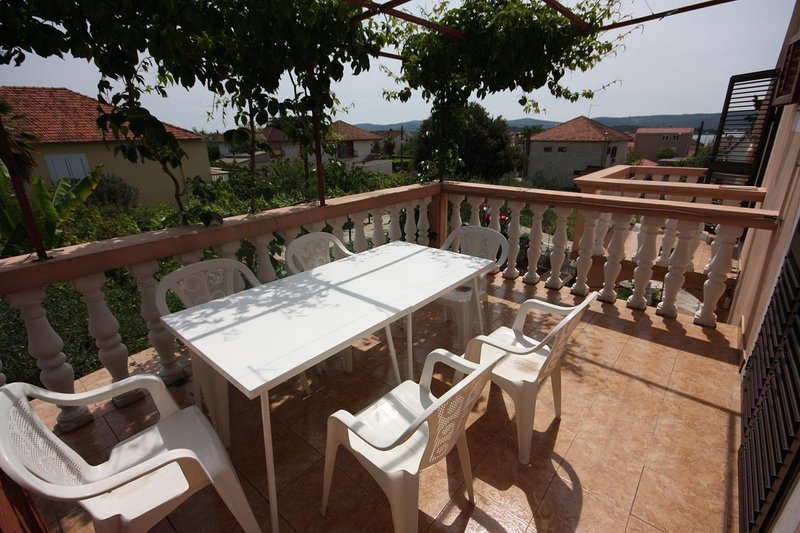 Turanj Apartment Sleeps 2 with Air Con - 5465511, holiday rental in Turanj