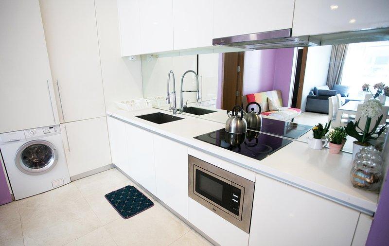 Cocina con zona de cocina totalmente equipada