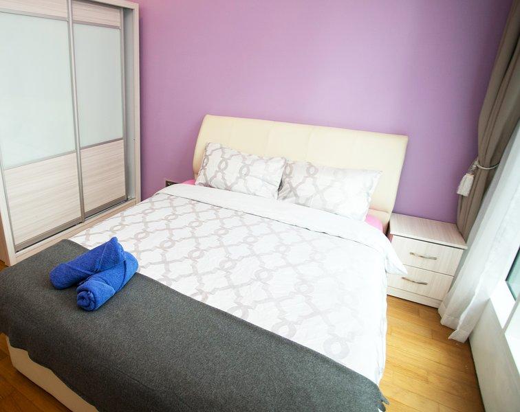 El dormitorio principal con cama de matrimonio