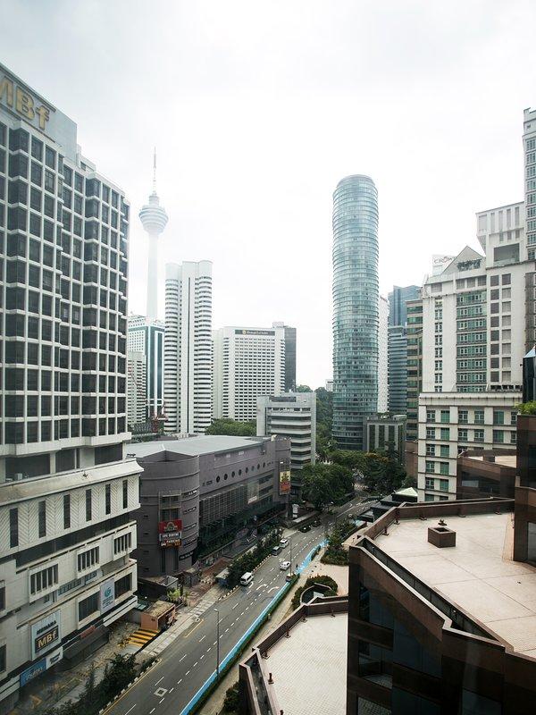 Disfrutar de un gran paisaje de la ciudad con vistas a la Torre KL de sala de estar y dormitorios!