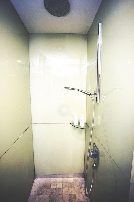 Cuarto de baño con champú de cortesía, gel de ducha y toallas