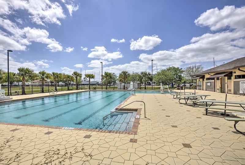 Une piscine communautaire est l'endroit idéal pour passer un après-midi ensoleillé de la Floride.