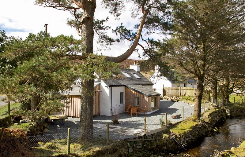 Bridge Cottage, Luib, cosy and charming cottage on the Isle of Skye, holiday rental in Broadford